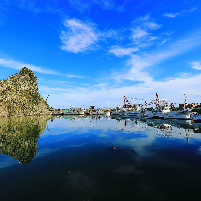様似漁港とソビラ岩