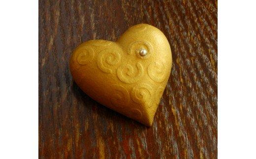アコヤ真珠と金蒔絵のハート型ブローチ