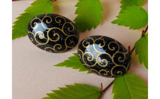 貝と蒔絵のイヤリング「唐草」(楕円形)