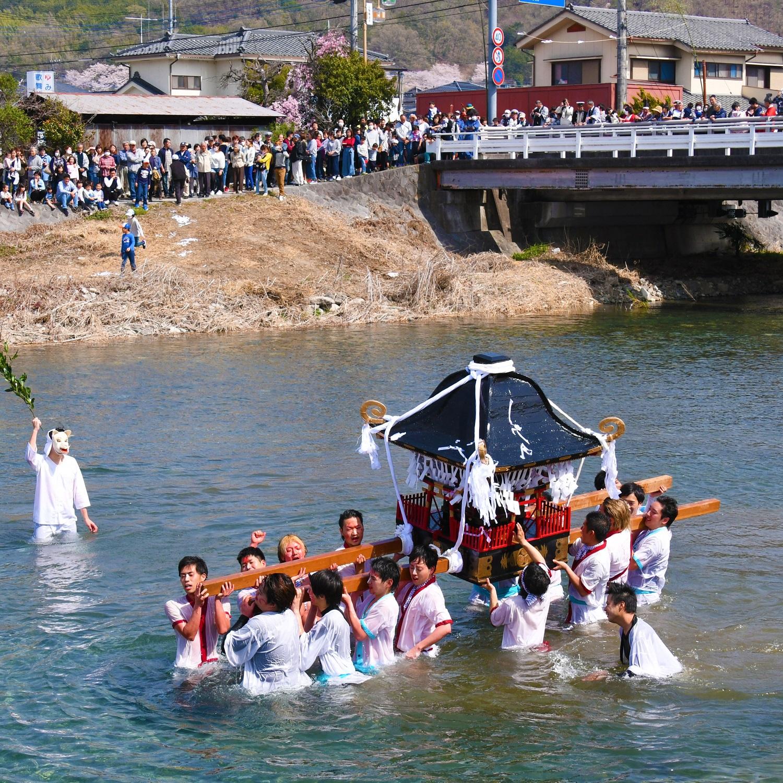 御幸祭(御神輿の川渡り)