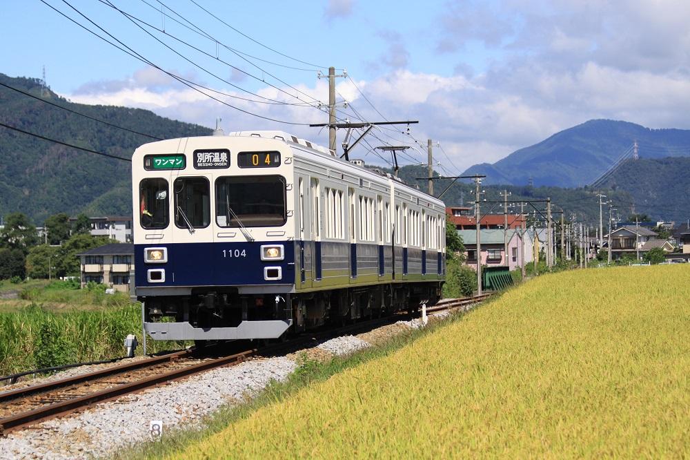 別所温泉の観光客や地域住民を運ぶローカル電車