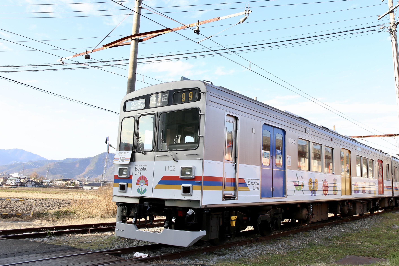 別所温泉の観光客や地域住民を運ぶローカル電車。
