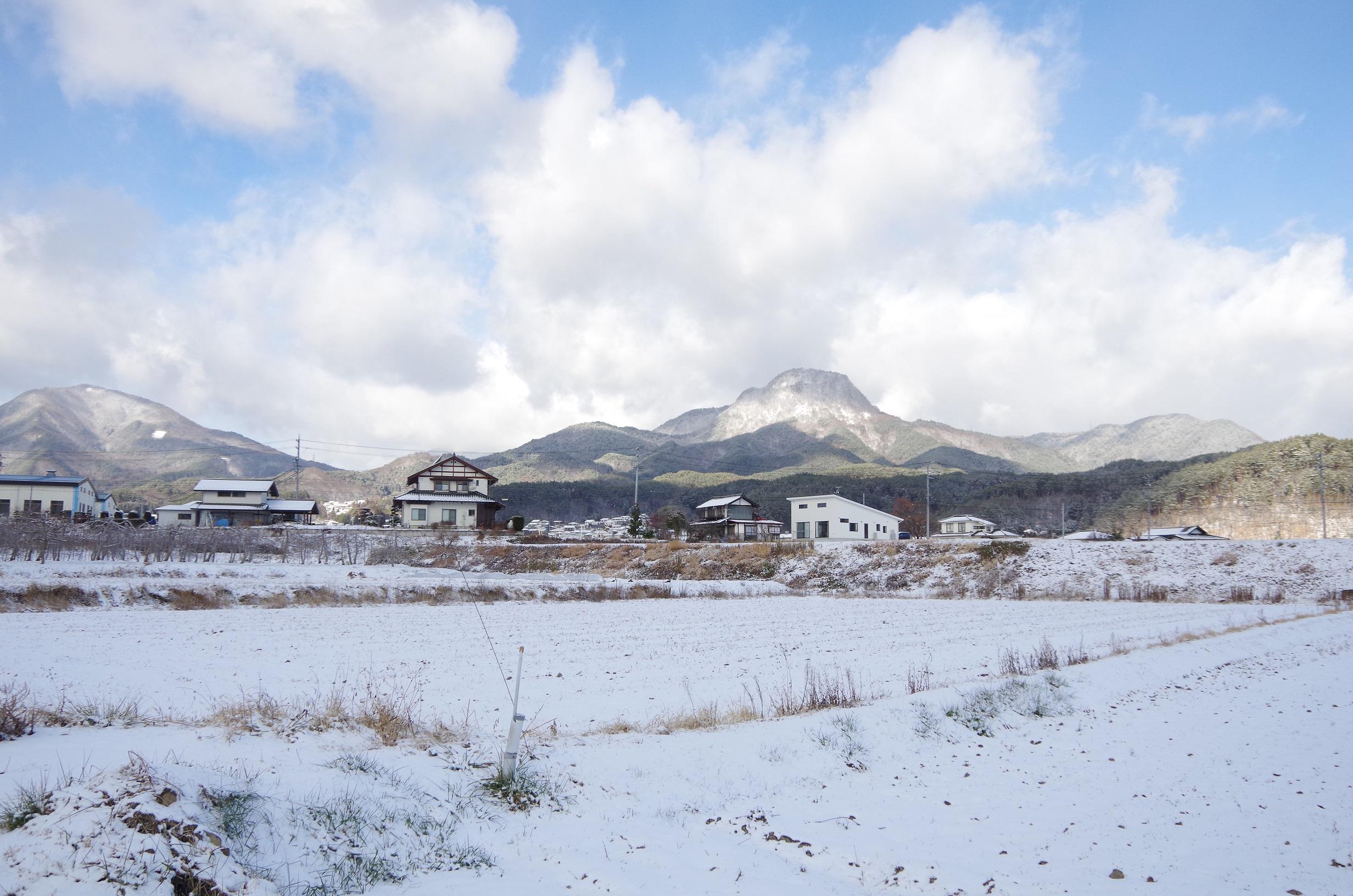 雪に覆われた子檀嶺岳